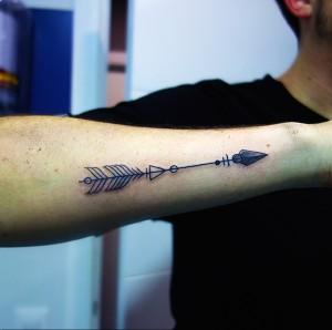 Tatuaje de flecha en brazo
