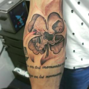 Tatuaje de calavera en trébol
