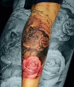 Tatuaje de calavera besando a catrina y rosa