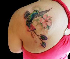 Tatuaje de colibrí e hibiscus