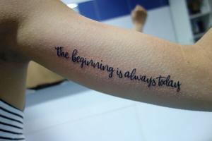 Tatuaje de lettering en brazo