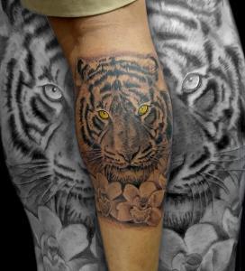 Tatuaje de cabeza de tigre en pierna realizado en nuestro centro de Montera de Madrid