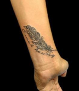 Tatuaje de pluma en muñeca realizado en nuestro centro de Montera de Madrid