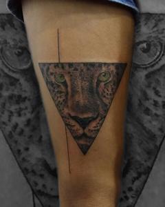 Tatuaje de cabeza de leopardo en triángulo realizado en nuestro centro de Montera de Madrid