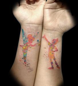Tatuaje de Peter Pan y Campanilla realizado en nuestro centro de Montera de Madrid