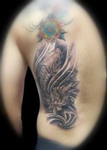 Tatuaje de carpa en espalda realizado en nuestro centro de Montera de Madrid