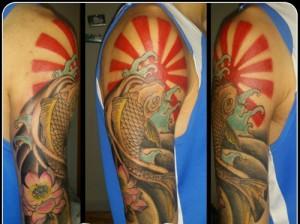 Tatuaje de sol naciente y pez koi
