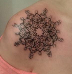 Tatuaje de mandala en hombro