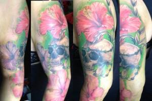 Tatuaje de flor de hibiscus y calavera