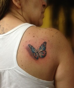 Tatuaje de mariposa azuel en hombro