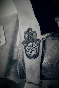 Tatuaje de mano de Fátima en el brazo