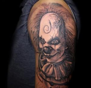 Tatuaje de payaso diabólico en brazo