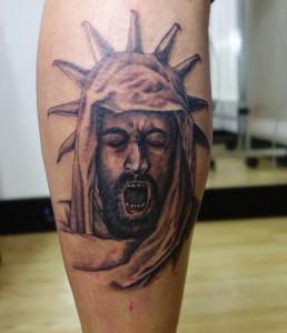 Tatuaje de guerrero en gemelo