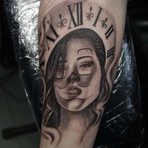 Tatuaje de chica y reloj