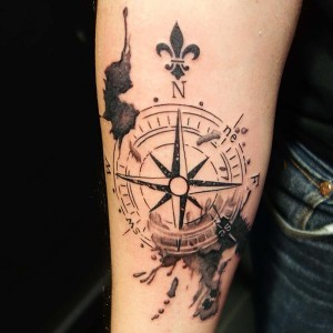 Tatuaje de brújula y flor de lis