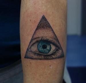 Tatuaje de ojo en pirámide