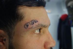 Tatuaje de lettering en cara
