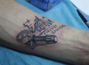 Tatuaje de cafetera en brazo