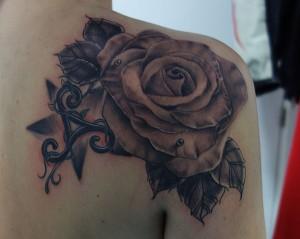 Tatuaje de rosa en espalda