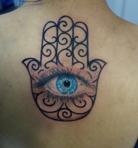 Tatuaje de mano de Fátima con ojo azul
