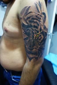 Tatuaje de tigre entre ramas