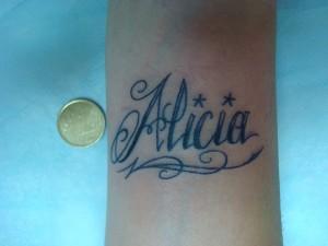 Tatuaje tipográfico en la zona de la muñeca con el nombre de Alicia realizado en nuestro centro de Montera de Madrid