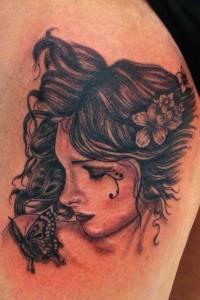 Tatuaje de cabeza de chica llorando