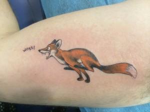 Tatuaje de un zorro coriendo hecho en el brazo