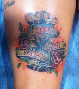 Tatuaje de un reloj de arena
