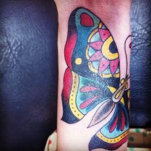 Tatuaje de de mariposa realizado en brazo con divertidos colores