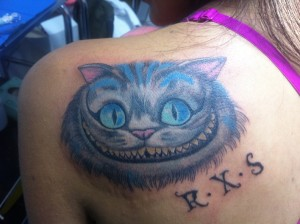 Tatuaje de cabeza de gato en omoplato