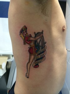 Tatuaje de azafata de barco conduciendo el ancla realizado en Madrid