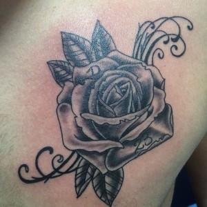 Tatuaje de rosa en negro