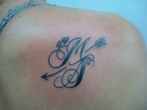 Tatuaje de lettering con la letra M y dos corazones realizado en Montera - Madrid