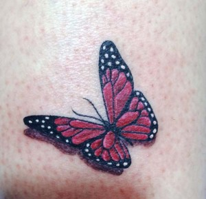 Tatuaje de mariposa roja