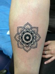 Tatuaje de de flor poliédrica