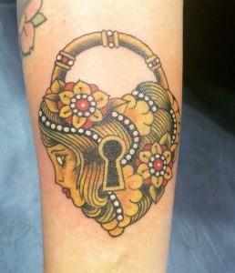 Tatuaje de candado con cabeza de mujer