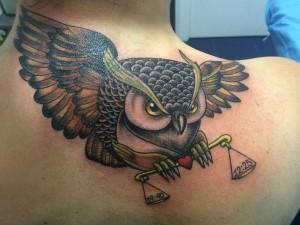 Tatuaje de búho con balanza
