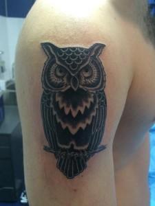 Tatuaje de buho en negro
