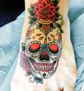 Tatuaje de calavera y rosa en pie