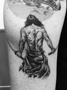 Tatuaje de guerrero con katanas