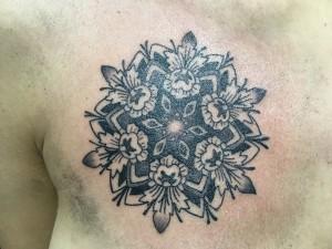 Tatuaje de mandala en pecho