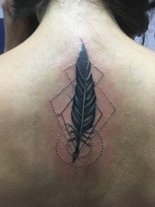 Tatuaje de pluma en espalda