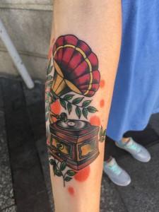Tatuaje de gramola antigüa en brazo