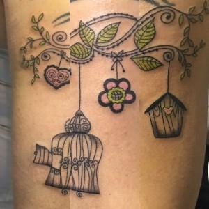 Tatuaje de árbol y jaula de pájaros
