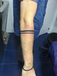 Tatuaje de 2 lineas paralelas en brazo