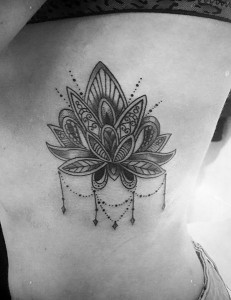 Tatuaje de nenúfar en costado