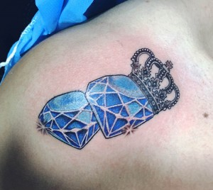 Tatuaje de diamantes y corona