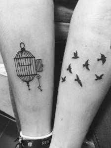 Tatuaje doble de jaula y pájaros