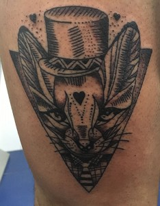 Tatuaje de cabeza de conejo con chistera